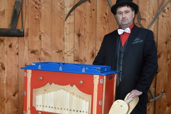 Carsten Eibisch aus Zwota hat eine Drehorgel gebaut.