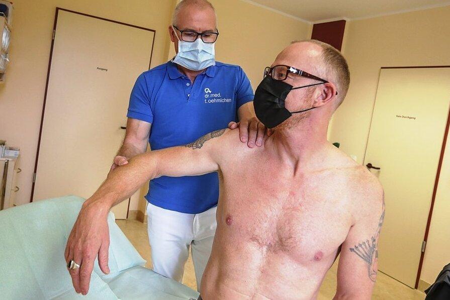 Bei dieser leichten Drehbewegung hätte Rüdiger Kunze aus Chemnitz vor ein paar Wochen noch laut aufgeschrien. Jetzt ist Dr. Thomas Oehmichen, Orthopäde aus Chemnitz, mit dem Ergebnis seiner Behandlung zufrieden.