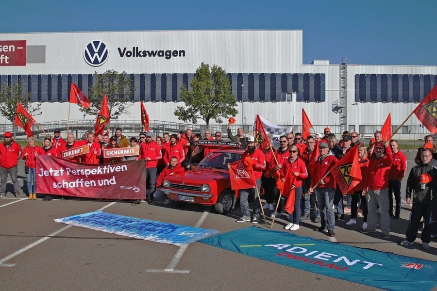 Zwickauer Autobauer haben sich am Sonntag versammelt, um Solidarität mit den Kollegen von Opel in Eisenach zu demonstrieren. Foto: Denny Meyer