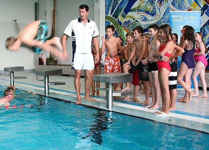 """<p class=""""artikelinhalt"""">Kaum ist Stev Theloke zu Gast, herrscht in der Schwimmhalle """"Atlantis"""" Wettkampfatmosphäre. Schüler des Landkreisgymnasiums St. Annen durften dort am Dienstag eine besondere Schwimmstunde erleben. </p>"""