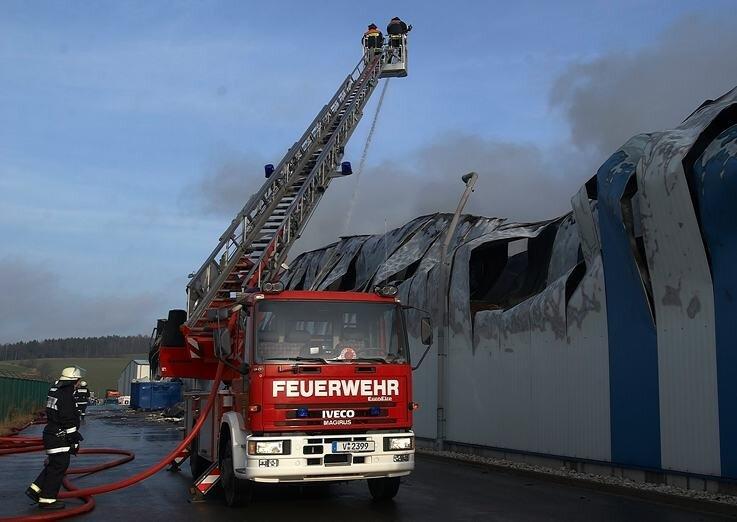 """<p class=""""artikelinhalt"""">Alle brauchen die Feuerwehr. Nur selten wird das so deutlich, wie beim Großbrand bei der Glitzner GmbH in Schneidenbach.</p>"""