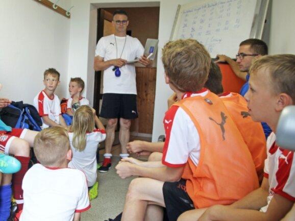 Zum Ferien-Fußball-Camp gehört auch ein Wissensquiz: Trainer Ulf Saborowski (M.) mit den jungen Kickern des SV Clausnitz.