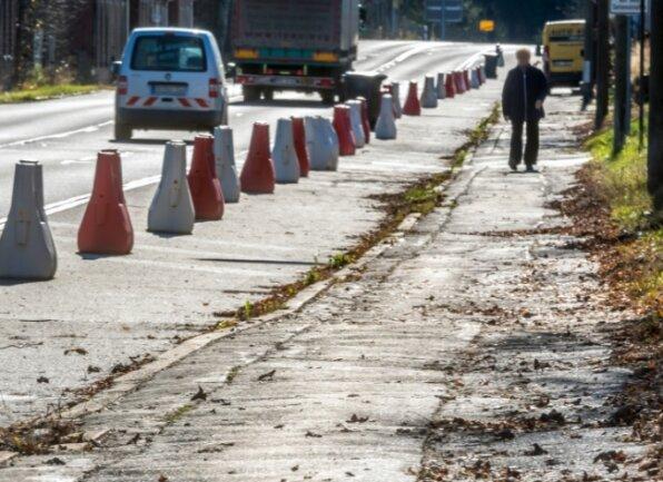 Der marode Fußweg entlang der Bundesstraße 174 soll auf einer Länge von rund 1055 Metern von April bis Juni kommenden Jahres gebaut werden.