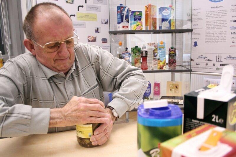 """<p class=""""artikelinhalt"""">Ein Schraubglas zu öffnen, geht nicht immer ohne Kraftaufwand: Testperson Bernd Schüttauf versucht sich an einem Glas Gurken. </p>"""
