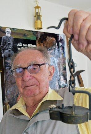 Der Olbernhauer Christfried Seidel arbeitete ein Leben lang im Bergbau. In der Hand hält er aus seiner Sammlung von Bergbaugegenständen eine Froschlampe, die mit Rüböl gespeist wurde.