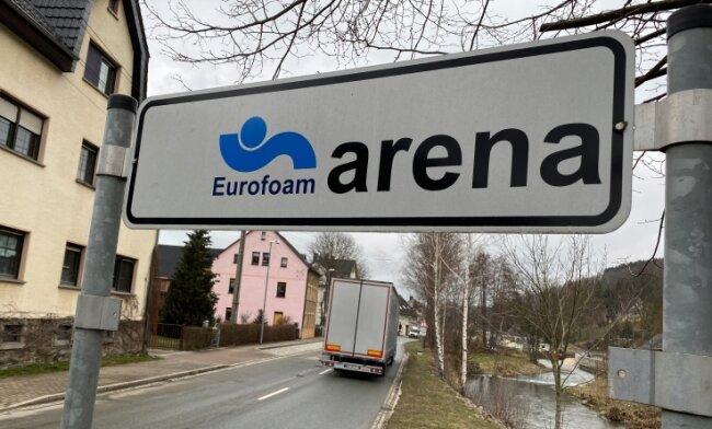 Immer geradeaus: Eurofoam ist in Burkhardtsdorf allgegenwärtig, etwa mit der Namensgebung für die Multifunktionshalle im Ort.