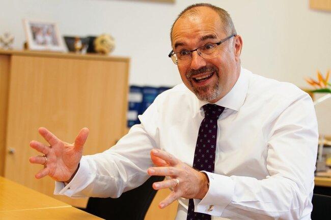 Noch sitzt Steffen Zenner im Büro des Kulturbürgermeisters, am 1. September wechselt er ins Büro des Plauens Oberbürgermeisters. Der neue OB ruft die Bevölkerung zum Mitmachen auf und will Gräben schließen.