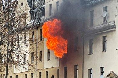 Bei dem Wohnungsbrand schlugen meterhoch Flammen aus einem Fenster im ersten Obergeschoss.