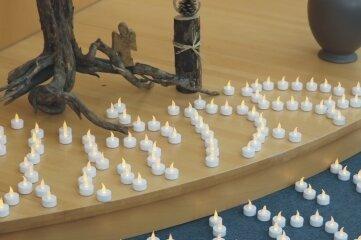 Im Andachtsraum des Freiberger Krankenhauses wird mit Lichtern den verstorbenen Covid-19-Patienten gedacht.