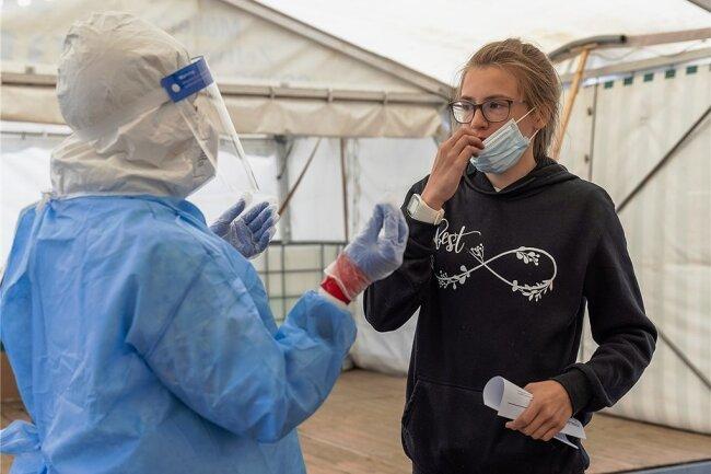 Solveig Lang hat am Sonntag in der Drive-In-Teststation in Oberwiesenthal unter anderem Kyra Göhler aus Neudorf getestet.