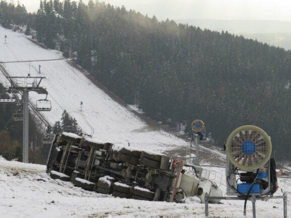Nach dem Unfall am vergangenen Donnerstag in Schöneck soll der 20 Tonnen schwere Laster an einem Seil hinaufgezogen werden.