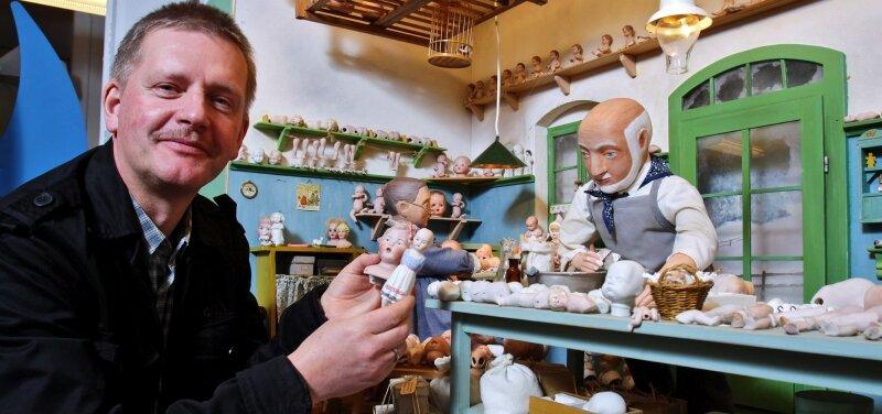 Ab Samstag gibt es in Gelenau Einblicke in die Sammlung von Erika Pohl-Ströher. Der Projektverantwortliche Michael Schuster zeigt eine nachgebildeten Puppenwerkstatt von etwa 1920 mit Originalteilen.