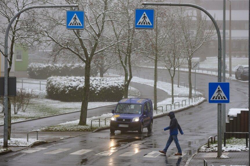Eindeutig gekennzeichnet, fußgängerfreundlich und zumeist auch für Autofahrer mit kürzeren Wartezeiten verbunden als etwa Ampeln: Nach dem Willen der Stadträte soll es künftig an noch mehr Orten in Chemnitz Fußgängerüberwege geben wie hier an der Fürstenstraße im Yorckgebiet.