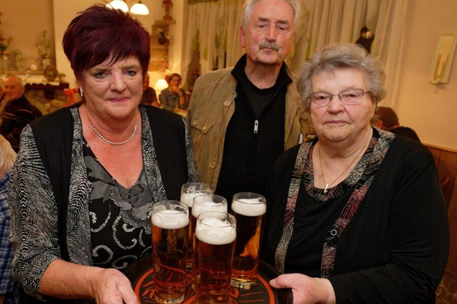 Ingrid Teubner (l.) und ihre Mutter Ruth Gläser hatten am Freitag Stammgäste und Freunde eingeladen. Unter ihnen der weltbekannte Trompeter Ludwig Güttler, der in Sosa aufgewachsen und Ruth Gläsers Cousin ist.