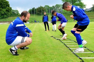 Ein Bild aus Vor-Coronazeiten: Felix Wiedrich trainierte auf der Jahnkampfbahn die D-Jugend des SV Barkas Frankenberg.