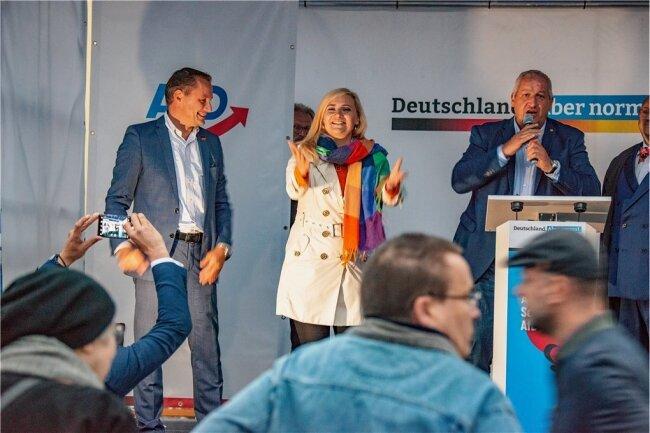 Die AfD feiert sich in Freiberg: Bundessprecher und Spitzenkandidat Tino Chrupalla (links), Mittelsachsens Direktkandidatin Carolin Bachmann und Moderator Mike Moncsek.
