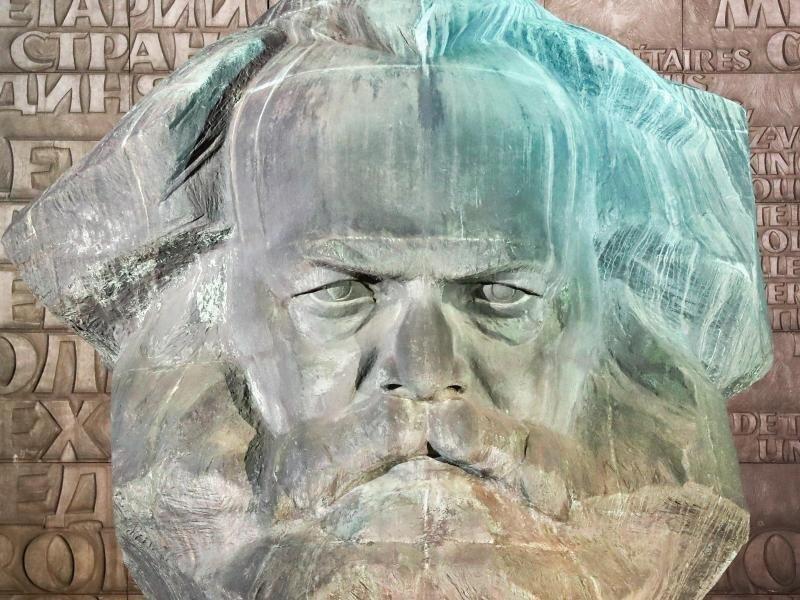 """Ein Plakat mit der Aufschrift """"Chemnitz"""" klebt am Sockel des Denkmal von Karl Marx in Chemnitz."""