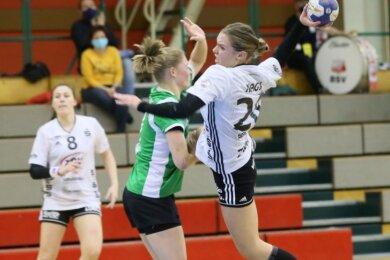 Die Spielszene aus der ersten Halbzeit lässt es erahnen: Petra Nagy (rechts) und ihre Mitspielerinnen des BSV Sachsen Zwickau mussten sich gegen Bremen jedes Tor hart erarbeiten.