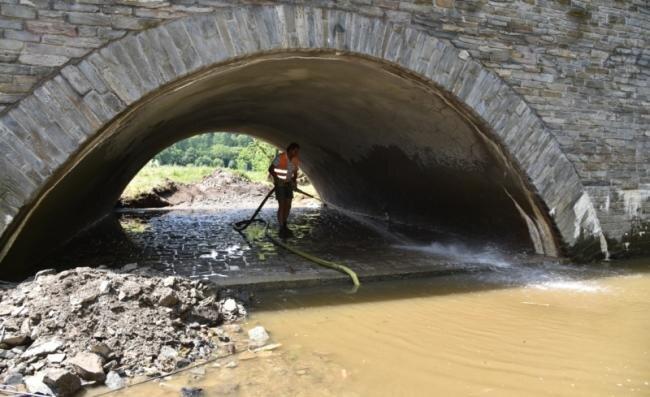 Bald sind die Arbeiten an der Bogenbrücke Rebersreuth der B 92 beendet. Das Foto entstand bei Säuberungsarbeiten am Mittag des 7. Juni. Inzwischen stand hier schon wieder ein Hochwasser.