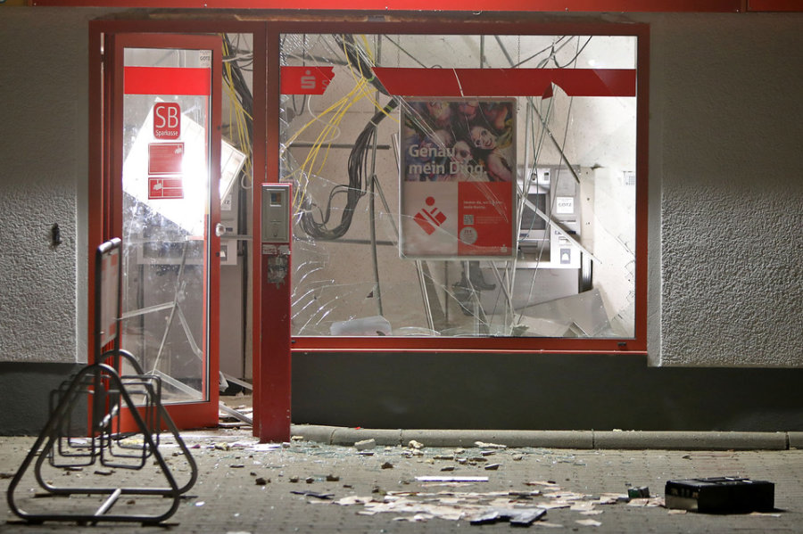 Heftige Explosion: Unbekannte sprengen Geldautomaten