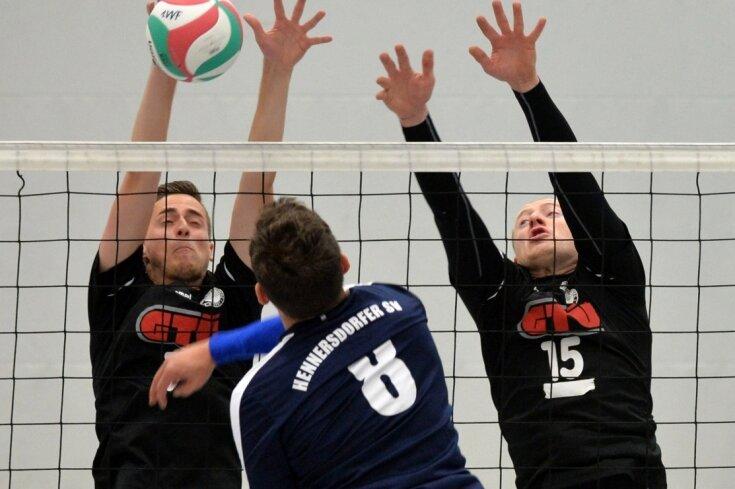 Couragierter Auftritt: Die Volleyballer des 1. VVF II mit Dominik Neubert (l.) boten Tabellenführer Hennersdorfer SV, hier mit Enrico Butter (Nr. 8), lange Paroli. Am Ende setzte sich der Favorit aber mit 3:0 Sätzen durch und festigte Platz 1 in der Bezirksliga.