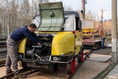 Thomas Krauß (vorn) und Tilo Günther vom Verein Sächsischer Eisenbahnfreunde Schwarzenberg bereiteten einen Schienentrabi für die geplanten Fahrten am Wochenende vor.