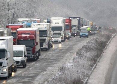 Das Winterwetter hat in Deutschland für massive Störungen im Verkehr gesorgt. In mehreren Bundesländern kam es wegen des Winterwetters zu Behinderungen und Sperrungen auf Autobahnen, die Flughäfen im Land meldeten am Morgen zahlreiche Verspätungen.