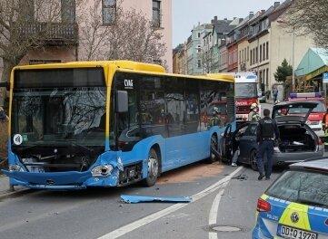 Ein Linienbus und ein Auto sind kollidiert.