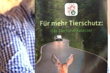Zur Tierfundkataster-App gibt es auch eine Broschüre. Kay Rotter hofft, dass noch mehr Fahrzeugführer Wildunfälle in die Karte eintragen.