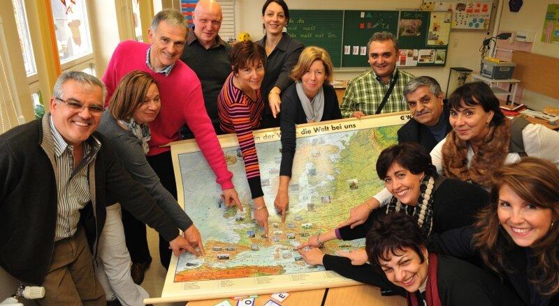 """<p class=""""artikelinhalt"""">Da kommen wir her: Die Beuthaer Schulleiterin Franziska Gall (hinten Mitte) und ihre Kollegen aus Spanien, England, Frankreich, der Türkei und Italien zeigen auf der Europakarte, wo sie zuhause sind. </p>"""