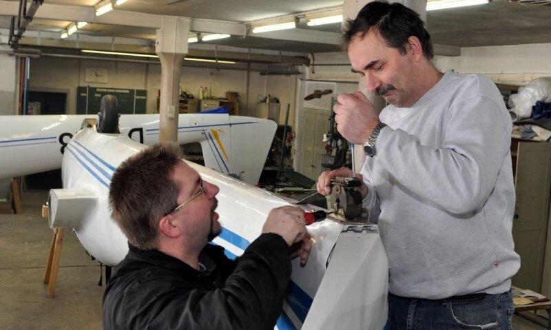 """<p class=""""artikelinhalt"""">Zu tun haben derzeit die Mitglieder des Auerbacher Fliegerklubs: Beim Winterbauprogramm werden die Flugzeuge auf die im Frühjahr beginnende Saison vorbereitet. Im Bild wechseln Jens Bieber (links) und Markus Röger an einem Bocian-Schulflugzeug Verschleißteile aus.</p>"""