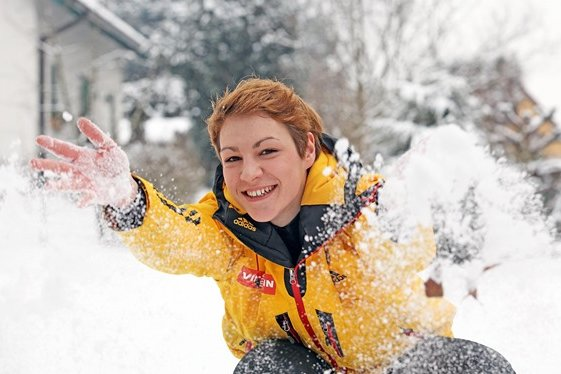 Schnee und Eis, das ist die Welt von Saskia Langer. Die 18-jährige Rennrodlerin aus Steinpleis, die an der Sportschule in Oberwiesenthal von Torsten Wustlich trainiert wird, würde gern einmal bei Olympia durch den Eiskanal düsen. Allerdings ist sie noch auf der Suche nach dem richtigen Weg zwischen Konzentration und Krampf. Immerhin habe sie aber schon gelernt, ein bisschen weniger zu verzweifeln, wenn sie und ihr Schlitten mal nicht so gut miteinander harmonieren, sagt sie.