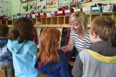 Erzieherin Francine Berger hilft den Kindern in der Kita Am Wasserturm in Limbach-Oberfrohna beim Anziehen der Jacken. Auch in dieser Einrichtung müssen die Eltern seit dem 1. August höhere Beiträge zahlen. Einige von ihnen sind damit nicht einverstanden.