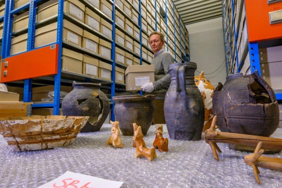 Depotleiter Uwe Reuter hat im Archäologischen Archiv Sachsen einige für das Freiberger Museum vorgesehene Funde zusammengestellt: Haushaltsgegenstände aus Holz, wie Quirle und Schalen, aber auch Spielzeuggefäße und Keramik aus dem 14. und 15. Jahrhundert. Sie stammen von Grabungen in der Bergstadt zwischen 1978 und 1992 und lagern seitdem gut verpackt in einer Halle neben dem Landesamt für Archäologie in Dresden.