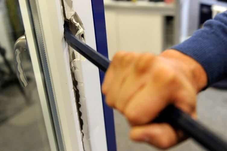Einbrecher durchwühlen Zimmer in Einfamilienhaus