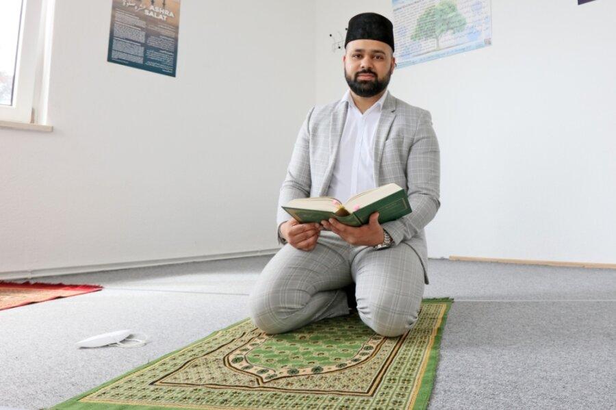 Arsalam Shamsi im Gebetsraum des Ahmadiyya-Gemeindezentrums an der Reichenbacher Straße in Zwickau. DerRamadan verlangt den Muslimen in Coronazeiten zusätzlichen Verzicht ab.