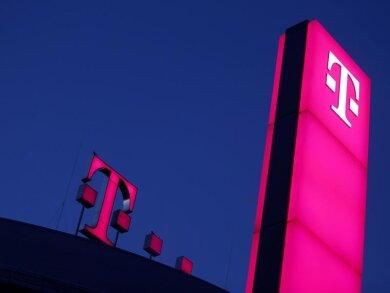 Das Logo der Deutschen Teleom leuchtet auf dem Dach der Unternehmenszentrale in Bonn.
