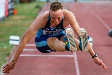 Vincent Vogel fliegt beim Springermeeting kürzlich in Chemnitz im Weitsprung auf 7,70 Meter.