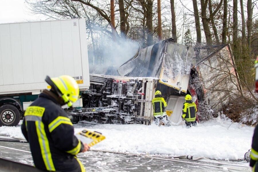 Zwei Lasterfahrer sterben bei Kollision bei Plauen - A72 Richtung Zwickau gesperrt