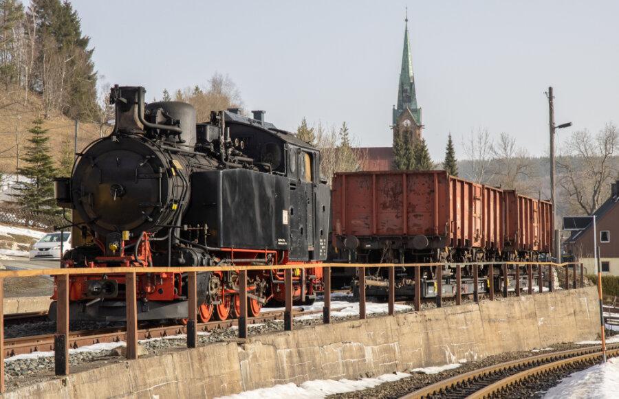 Seltene historische Lok rollt zur Überprüfung in die Werkstatt nach Oberwiesenthal