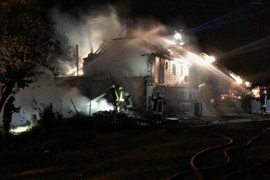Das Wohnhaus und die Scheune waren trotz des Einsatzes von 50 Feuerwehrleuten aus sechs Wehren nicht mehr zu retten.