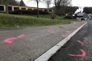 Auf diesem Randstreifen an der August-Bebel-Straße in Kriebstein kam am Freitag eine 59-jährige Frau bei einem tragischen Unfall ums Leben. Trauernde hatten am Nachmittag einen Blumenstrauß abgelegt (hinten).