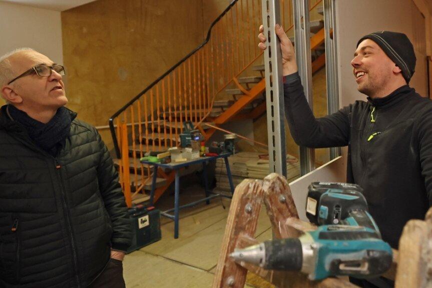Marcus Ebert (rechts) baut derzeit im Gästehaus Plauen mit seinen Kollegen Trockenbauwände ein. Waldpark-Chef Joachim Otto ist froh, dass der Umbau planmäßig vorangeht.