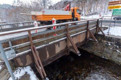 Die alte Brücke über die Schwarze Pockau wird abgerissen und für die Zeit des Neubaus durch eine Behelfsbrücke ersetzt.