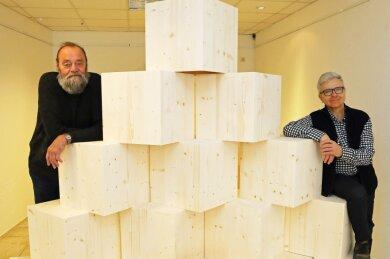 Matthias Scheiber (rechts) und Jürgen Szajny vor den Holzwürfeln, die Künstler aus ganz Sachsen zur individuellen Gestaltung erhielten.