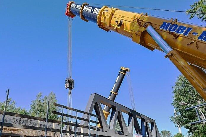 Mit Spezialtechnik wurde die neue Brücke in Position gebracht.