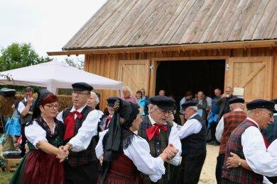 Die Trachtengruppe Weischlitz beim Auftritt vor der neuen Scheune.