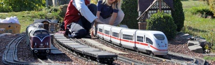 Sophie und Jeremy helfen beim Eingleisen der Züge.