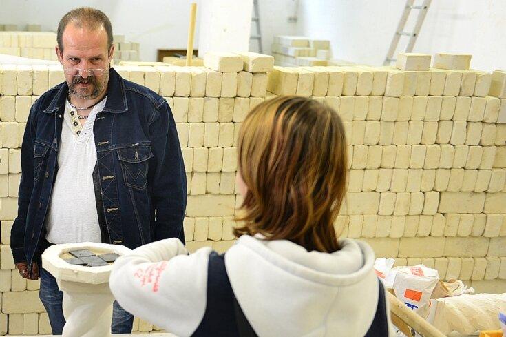 Fichte-Schulleiter Matthias Möbius, hier 2015 mit einer damaligen Teilnehmerin des ABM-Projekts, hat das Angebot mit aufgebaut und betreut dieses von Anfang an.