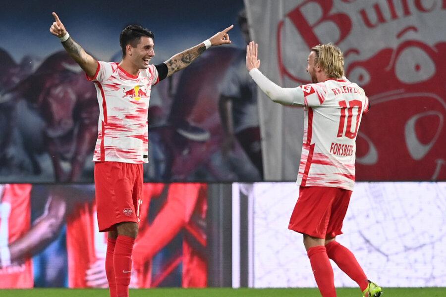 Leipzigs Mittelfeldspieler Dominik Szoboszlai (l), Torschütze des 3:0, jubelt mit Leipzigs Mittelfeldspieler Emil Forsberg, Torschütze des 2:0, über seinen zweiten Treffer.